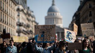 Des étudiants lors de la marche pour le climat, le 22 mars 2019 à Paris. (MARTIN BUREAU / AFP)