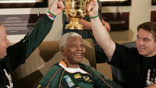 Mandela revêt également le maillot des Springboks lorsque ces derniers remportent leur deuxième coupe du monde en 2007. (GIANLUIGI GUERCIA / AFP)