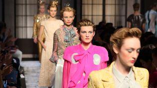 Défilé de la maison Schiaparelli lors de la Fashion Week à Paris, le 6 juillet 2015. (HENDRIK BALLHAUSEN / DPA / AFP)