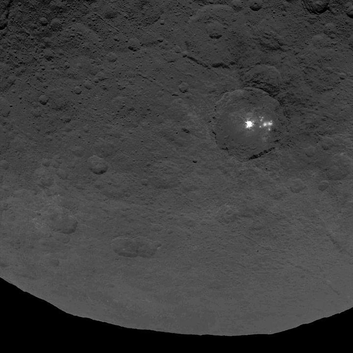 Les mystérieuses taches lumineuses de Cérès, exposéesdans ce cliché pris le 22 juin 2015 par la sonde américaine Dawn. (NASA / AFP)