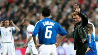 Johnny Hallyday salue le public en entrant sur le Stade de France en 2002.  (JACQUES DEMARTHON / AFP)