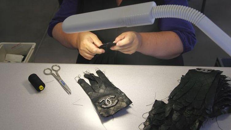 Réalisation d'un gant dans une manufacture à Millau (Aveyron)  (N. Thibaut. AFP)