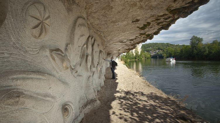 """Un bas relief sculpté par Daniel Monnier, """"Le Lot"""", sculpture réalisée dans la paroi d'une falaise (LENAIN HERV? / HEMIS.FR)"""
