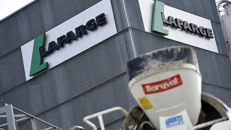 Le logo du groupe Lafarge sur les murs d'une usine le 7 avril 2014 à Paris. (FRANCK FIFE / AFP)