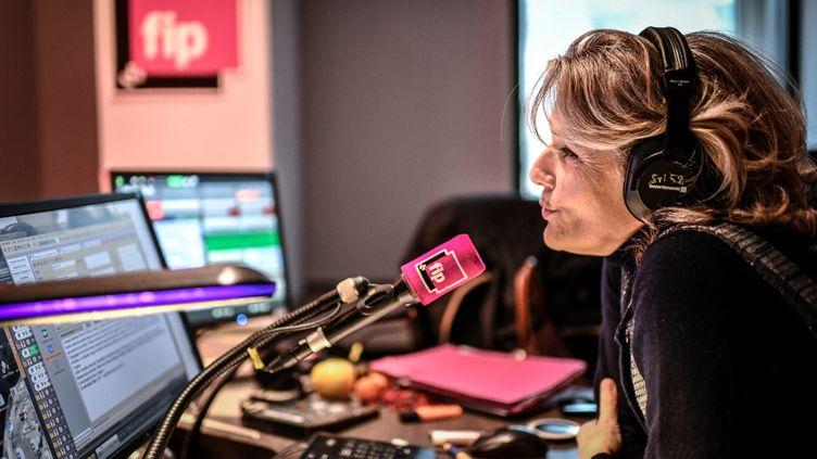 La radio FIP, et sa sélection musicale prodigieuse. Une chaîne de Radio France que l'on peut écouter dans le monde entier sur internet, avec ses radios thématiques. Ici Jane Villenet est au micro, dans les studios de FIP à la maison de la radio, le 21 décembre 2020.  (STEPHANE DE SAKUTIN / AFP)