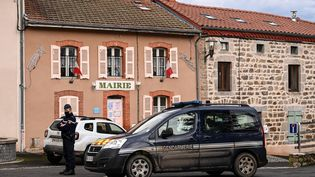 Un gendarme devant la mairie de Saint-Just (Puy-de-Dôme), le 23 décembre 2020. (OLIVIER CHASSIGNOLE / AFP)
