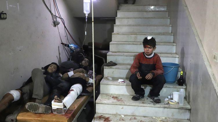 Des habitants de la Ghouta orientale, près de Damas (Syrie), dans un hôpital improvisé, le 21 février 2018. (AFP)