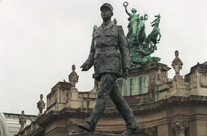 La statue de Charles de Gaulle devant le Grand Palais, inaugurée en 2000. (JOEL ROBINE / AFP)