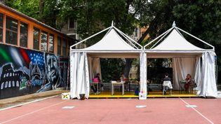 Au lycée J. F. Kennedy de Rome de Rome (Italie), les bacheliers passent l'épreuve sous la tente, le 17 juin 2020 (photo d'illustration). (TIZIANA FABI / AFP)