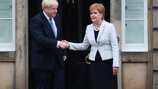 Boris Johnson et Nicola Sturgeon en juillet 2019à Édimbourg en Écosse. (STEWART ATTWOOD / EPA)