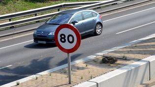 Un panneau de limitation à 80 km/h sur une route alsacienne, le 10 août 2014. (  MAXPPP)