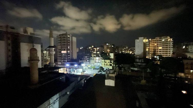 Beyrouth est plongée dans le noir, le 9 octobre 2021, au Liban. (MAHMUT GELDI / ANADOLU AGENCY / AFP)
