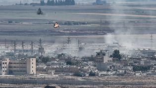 De la fummée s'échappe deRas al-Ain (Syrie), le 13 octobre 2019. (OZAN KOSE / AFP)