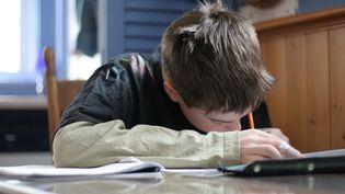 Un enfant fait ses devoirs. Image d'illustration. (MAXPPP)