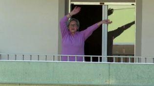 À Guebwiller, dans le Haut-Rhin, la municipalité propose des animations dans les quartiers pour inciter les habitants à faire du sport, depuis leur fenêtre, leur balcon ou dans la rue. Une cinquantaine de séances sont organisés par des coachs sportifs. (FRANCE 3)