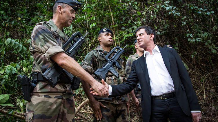 Manuel Valls salue un soldat à Dorlin (Guyane), le 8 mars 2013. (JODY AMIET / AFP)