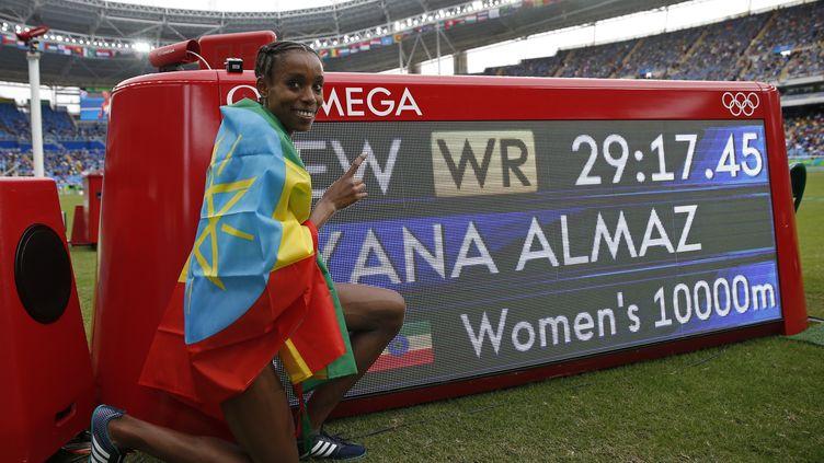 Almaz Ayana championne olympique, qui pose devant son record du monde