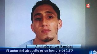 Un homme a été identifié commepouvant être le conducteur de la camionnette qui a foncé sur sa foule à Barcelone (Espagne) jeudi 17 août. Les médias espagnols diffusent la photo d'un suspect recherché depuis 17h15 par toutes les polices. (France 2)
