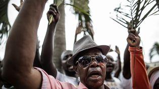 DesGabonaismanifestent leur soutien à Jean Ping, à Libreville, le 28 août 2016. (MARCO LONGARI / AFP)