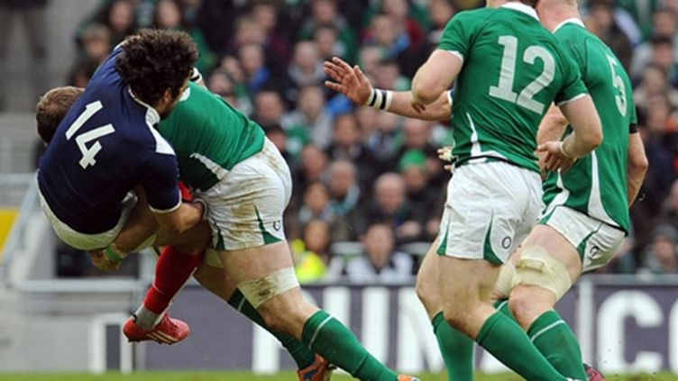 Yoann Huget plaqué par l'Irlandais Jamie Heaslip