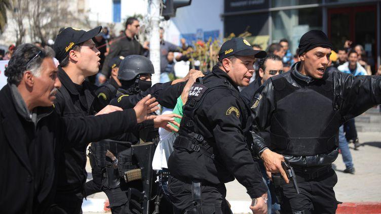 Les policiers ont arrêté un suspect devant le musée, alors que la foule fondait sur lui avec des intentions hostiles. (YASSINE GAIDI / ANADOLU AGENCY / AFP)