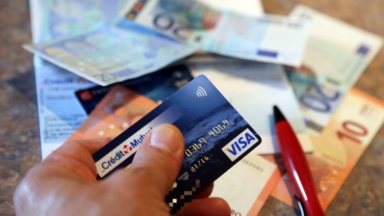 Carte bancaire, chèque et espèce : des moyens de paiement très utilisés par les Français (JULIO PELAEZ / MAXPPP)