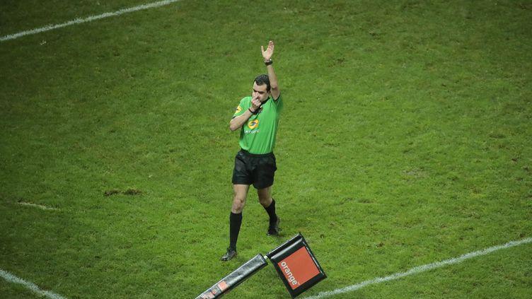 Un arbitre fait appel à l'arbitrage vidéo, le 30 décembre 2017, lors du match entre leStade Français et l'Union Bordeaux-Begles. (STEPHANE ALLAMAN / AFP)
