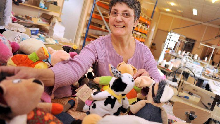 Marie-Jo, une des responsables de l'atelier de fabrication de peluches, à Châteaubourg (Ille-et-Vilaine). (MAXPPP)