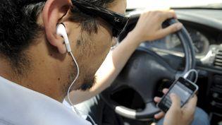 A partir du 1er juillet 2015, il est interdit de conduire un véhicule ou un deux-roues (y compris un vélo) avec un dispositif émetteur de son porté sur une, ou les deux oreilles (kit mains libres, oreillette Bluetooth, casque audio...). (  MAXPPP)