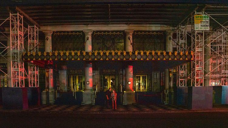 Le Plaza Hotel de la 5e avenue à New York plongé dans l'obscurité après une panne d'électricité, le 13 juillet 2019. (DAVID DEE DELGADO / GETTY IMAGES NORTH AMERICA)