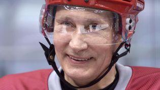 Vladimir Poutine, le 4 janvier 2014 à Sotchi (Russie) : il testait ce jour-là la patinoire où se dérouleront les épreuves de hockey sur glace. (ALEXEI NIKOLSKY / AP / SIPA)