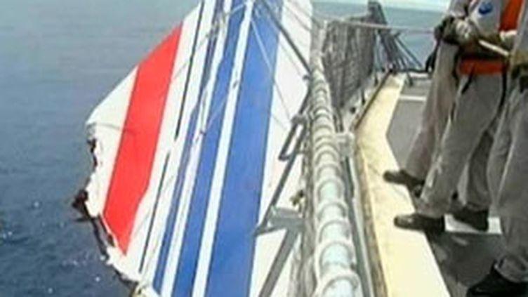 Les marins de l'armée brésilienne ont repêché la dérive de l'Airbus A330 AF 447 (© France 2)