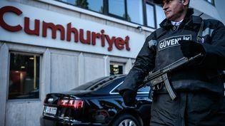 """Un agent de sécurité monte la garde devant les locaux du journal """"Cumhuriyet"""" à Istanbul, le 31 octobre 2016. (OZAN KOSE / AFP)"""