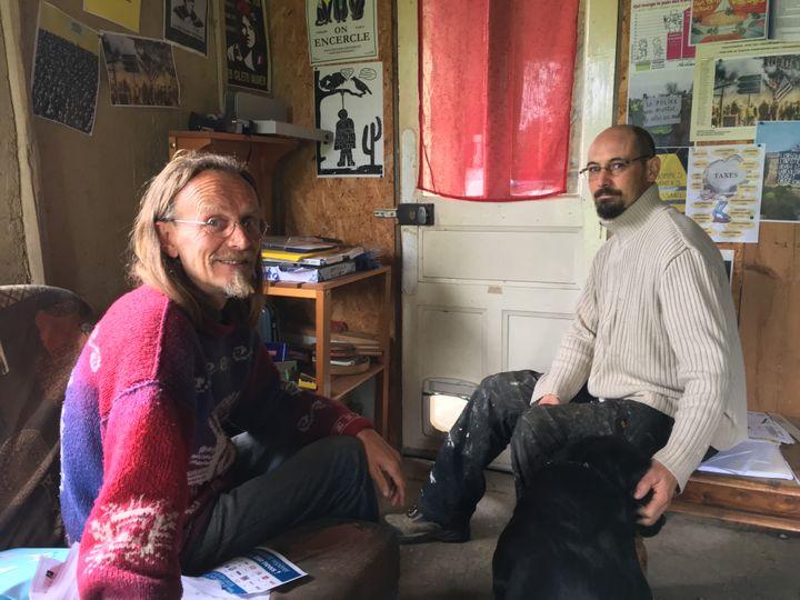 Didier et Mathieu Pagès à Trémargat (Côtes-d'Armor), le 29 mai 2019. (ELISE LAMBERT/FRANCEINFO)