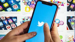 L'application Twitter s'ouvre surun smartphone, le 21 octobre 2020. (JOAO LUIZ BULCAO / AFP)