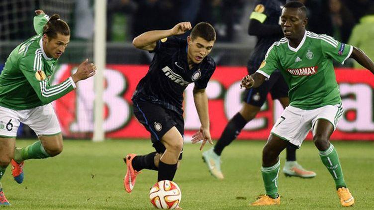 Kovacic (Inter Milan) pris dans la tenaille entre Clément et Gradel (Saint-Etienne) (PHILIPPE DESMAZES / AFP)