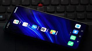Les logos des applications Google, Apple, Facebook, Amazon et Microsoft sur un téléphone portable, le 18 décembre 2020, à Londres (Royaume-Uni). (JUSTIN TALLIS / AFP)