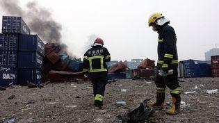 Des pompiers s'activent sur le site des explosions de Tianjin (Chine), le 14 août 2015. (CHINE NOUVELLE / SIPA)