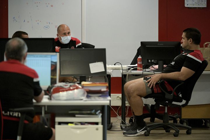 Certaines arbitres sont contraintes de se changer dans des bureaux des entraîneurs (MAXIME JEGAT / MAXPPP)