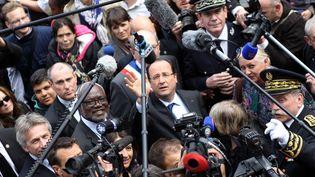 François Hollande, président de la République, entouré d'une nuée de journalistes, à Caen (Calvados), le 17 mai 2013. (CHARLY TRIBALLEAU / POOL)