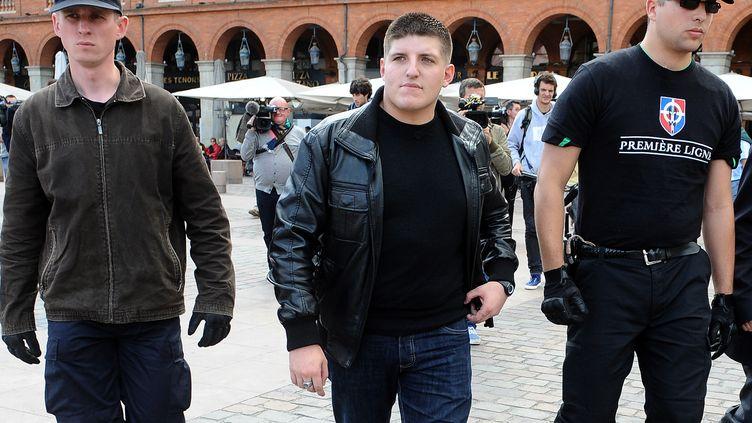 Le fondateur des Jeunesses nationalistes, Alexandre Gabriac (C) et deux gardes du corps place du Capitole, à Toulouse, le 9 juin 2013. (REMY GABALDA / AFP)