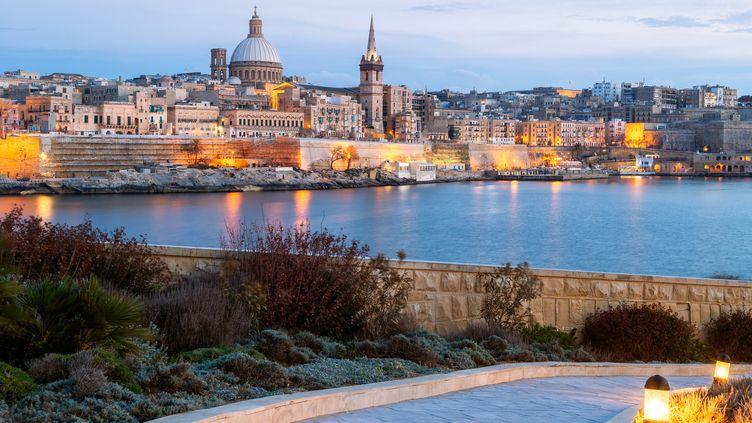 Vue de La Valette, capitale de la République de Malte, qui a finalement décidé d'ouvrir ses frontières aux touristes non-vaccinés. (JOE DANIEL PRICE / MOMENT RF / GETTY IMAGES)