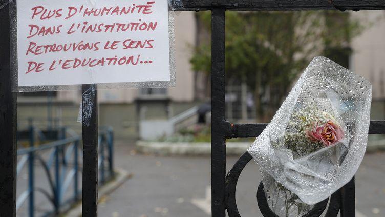Le 5 octobre 2019 à Pantin(Seine-Saint-Denis)devantl'école maternelle où la directrice Christine Renon s'est suicidée après avoir dénoncé la dégradation des conditions de travail. (GEOFFROY VAN DER HASSELT / AFP)