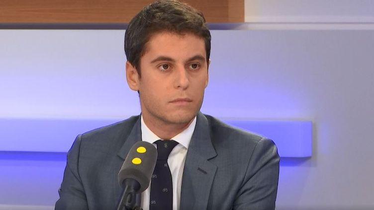 Gabriel Attal, secrétaire d'État auprès du ministre de l'Éducation nationale sur franceinfo. (CAPTURE ECRAN / FRANCEINFO)