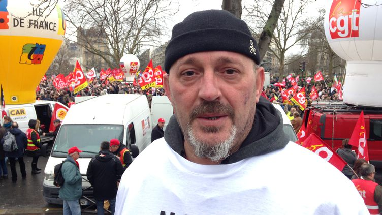 Jean-François Quandalle lors de la manifestation organisée pour le soutenir, lui et septautres de ses collègues de Goodyear, place de la Nation à Paris, le 4 février 2016. (SIMON GOURMELLET / FRANCETV INFO)
