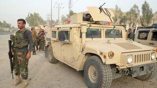 Un membre des forces armées afghanes patrouille à proximité d'une zone contrôlée par les talibans à Kandahar (Afghanistan), le 16 juillet 2021. (SANALLAH SAYAM / SPUTNIK / AFP)