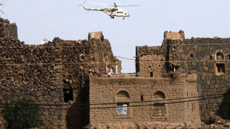 Un hélicoptère de l'armée yéménite survole la région de Sanaa après des manoeuvres contre des suspects d'Al-Qaïda (AFP Khaled Fazaa)