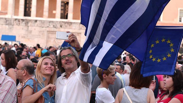 Des manifestants pro-Europe devant le Parlement grec, à Athènes, le 9 juillet 2015. (LOUISA GOULIAMAKI / AFP)
