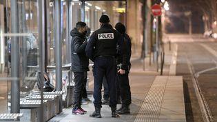 Contrôle de police àVilleurbanne (Rhône), en décembre 2020. (JOEL PHILIPPON / MAXPPP)
