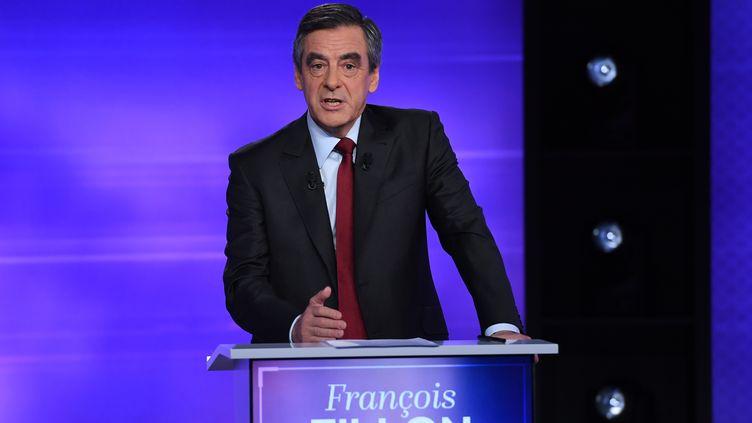 François Fillon lors du débat face à Alain Jupé, à Paris, le 24 novembre 2016. (ERIC FEFERBERG / AFP)
